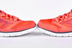Chaussures oranges de sport, fond blanc Photographie stock libre de droits