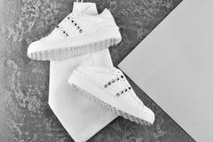 Chaussures ou espadrilles faites de cuir avec de bas talons Photographie stock libre de droits