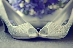 Chaussures perlées de jeune mariée image libre de droits