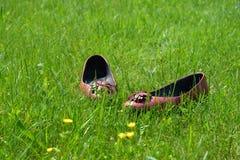 Chaussures plates laissées dans l'herbe Photographie stock libre de droits