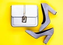 Chaussures pour des femmes avec les talons hauts et le sac épais, vue supérieure Concept à la mode d'accessoires Paires de haute  Images stock