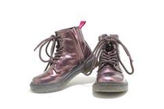 Chaussures pourpres d'enfants pour l'hiver d'isolement sur le fond blanc Images libres de droits