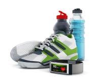 Chaussures pulsantes, bouteilles d'eau et smartwatch Photo stock