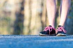 Chaussures pulsantes femelles de sport en gros plan sur la traînée fonctionnante Photo libre de droits