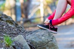 Chaussures pulsantes femelles de sport en gros plan sur la traînée fonctionnante Photo stock