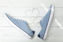 Chaussures quotidiennes légères d'été, dentelles sous forme de coeur et amour images stock