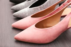 Chaussures roses élégantes sur l'étagère en bois, Photos stock