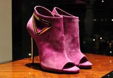 Chaussures roses de femmes de chamois Photos stock
