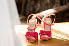 Chaussures roses de la jeune mariée Image libre de droits