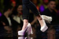 Chaussures roses de piste de défilé de mode belles Photos libres de droits