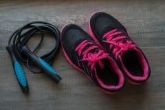 Chaussures roses de sport avec la corde de saut Images libres de droits