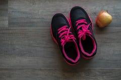 Chaussures roses de sport avec la pomme Images libres de droits