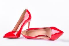 Chaussures rouges classiques sur des talons hauts Photographie stock libre de droits