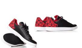 Chaussures rouges colorées d'espadrille de fonctionnement et de mode d'isolement sur le blanc Photos stock