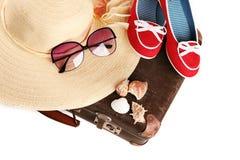 Chaussures rouges d'esprit de chapeau de paille sur la vieille valise Images libres de droits