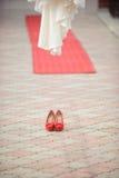Chaussures rouges dans la cour Image stock