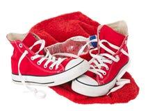 Chaussures rouges de cru avec l'essuie-main Photo stock