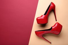 Chaussures rouges de haut talon photographie stock