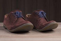 Chaussures rouges de suède avec les dentelles bleues Image libre de droits