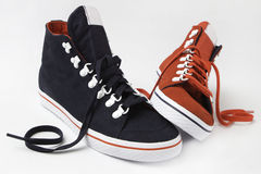 Chaussures rouges et bleues sur le fond blanc Photos stock