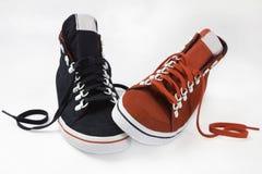 Chaussures rouges et bleues sur le fond blanc Images stock