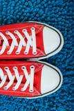 Chaussures rouges, excellent fond sur le sujet de la mode FO de la jeunesse Photographie stock libre de droits