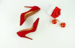 Chaussures rouges femelles de talons sur le fond blanc Images libres de droits