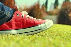 Chaussures rouges sur l'herbe - espadrilles Photo libre de droits