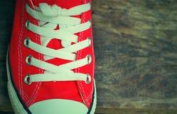 Chaussures rouges sur un plancher en bois - espadrilles Image stock
