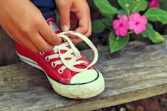 Chaussures rouges sur un plancher en bois - espadrilles Photographie stock