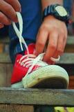Chaussures rouges sur un plancher en bois - espadrilles Photographie stock libre de droits