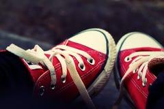 Chaussures rouges sur un plancher en bois - espadrilles Photo stock