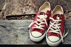 Chaussures rouges sur un plancher en bois - espadrilles Photo libre de droits