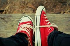 Chaussures rouges sur un plancher en bois - espadrilles Image libre de droits