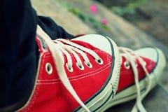 Chaussures rouges sur un plancher en bois - espadrilles Photos stock