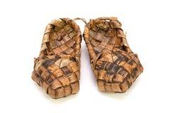 Chaussures russes de filasse sur un fond blanc Photos stock