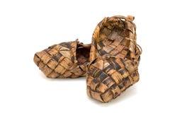 Chaussures russes de filasse sur un fond blanc Photographie stock