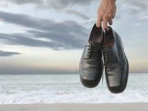 chaussures s'arrêtantes sur la plage Image libre de droits