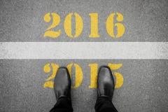 Chaussures se tenant devant la ligne de la nouvelle année 2016 Photographie stock libre de droits
