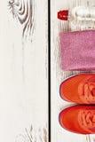 Chaussures, serviette et eau de sport Photo libre de droits