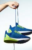 Chaussures sportives de prise de main Images libres de droits