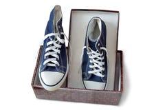 Chaussures sportives - espadrilles du ` s d'hommes sur un fond blanc Photo stock