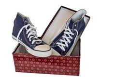 Chaussures sportives - espadrilles du ` s d'hommes sur un fond blanc Images stock