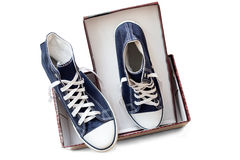 Chaussures sportives - espadrilles du ` s d'hommes sur un fond blanc Images libres de droits
