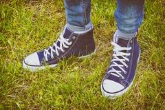 Chaussures sportives - les espadrilles des hommes confortables Image libre de droits