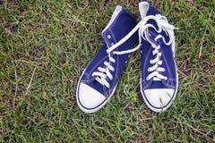 Chaussures sportives - les espadrilles des hommes confortables Photographie stock libre de droits