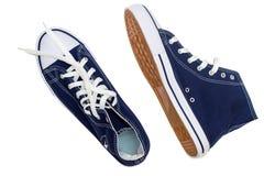 Chaussures sportives - les espadrilles des hommes sur un fond blanc Photos stock