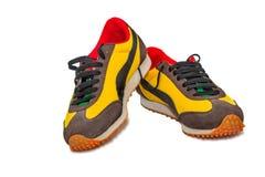Chaussures sportives - les espadrilles des hommes sur un fond blanc Images stock