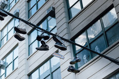 Chaussures sur des câbles Photographie stock libre de droits