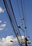 Chaussures sur des câbles et des fils Images stock